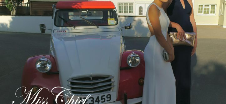 Prom girls in front of the 2cv
